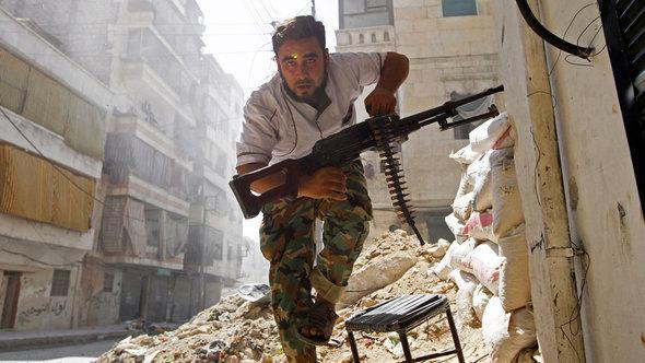 Ein Kämpfer der Rebellen im Zentrum von Aleppo im August 2012, ©Reuters