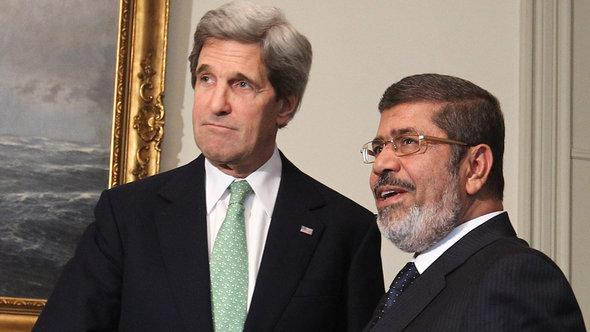 US-Außenminister Kerry trifft Ägyptens Präsident Mursi in Kairo; Foto: picture-alliance/dpa