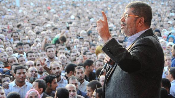 Ägyptens Präsident Mohammed Mursi hält eine Rede vor dem Präsidentenpalast in Kairo; Foto: Reuters