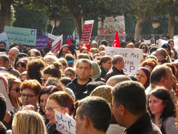 Tunisia's youth protesting lethargically on Avenue Bourguiba in Tunis (photo: Katharina Pfannkuch)