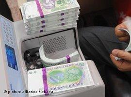 Geldmaschine und tunesische Dinar-Banknoten; Foto: picture alliance/abaca