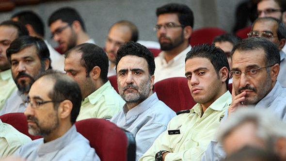 Mostafa Tajzadeh (center) during a showcase trial in 2009 (photo: FARS/DW)