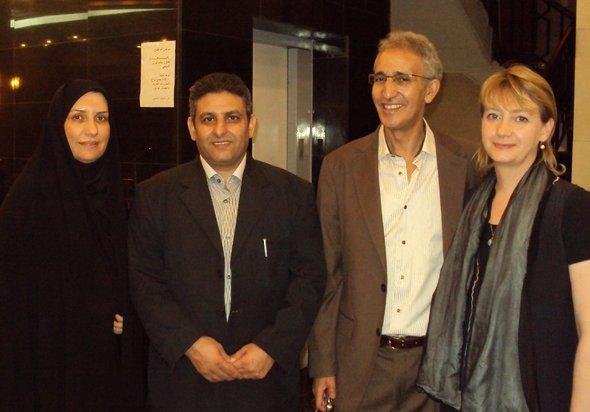 Hella Mewis (rechts) mit Kollegen aus Marokko, Palästina und Iran beim Theaterfestival in Bagdad; Foto: Birgit Svensson
