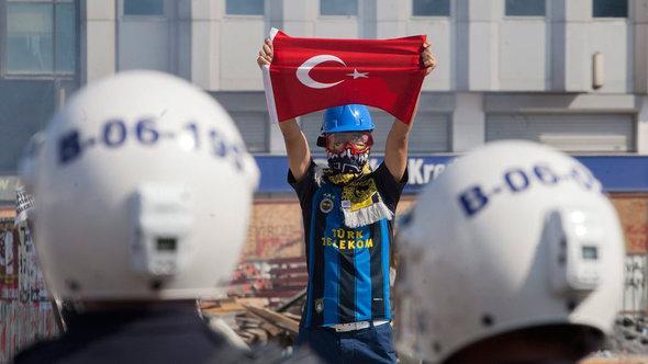 Demonstrant und Polizisten am Taksim-Platz in istanbul; Foto: dpa/picture-alliance