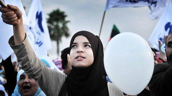 Anhängerin der islamistischen Ennahda in Tunesien; Foto: picture-alliance/dpa