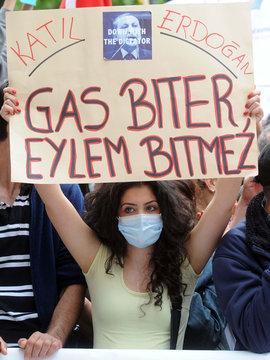 Eine Frau protestiert am 22.06.2013 in Köln (Nordrhein-Westfalen) mit einem Plakat gegen Übergriffe auf Demonstranten in der Türkei; Foto: dpa/picture-alliance
