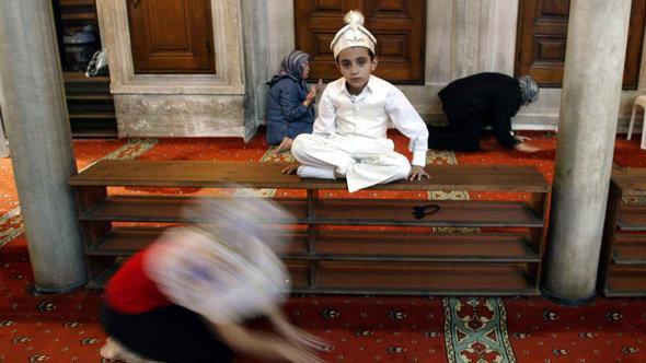 Junger Muslim im traditionalen Gewand vor seiner Beschneidung, Foto: ©AP