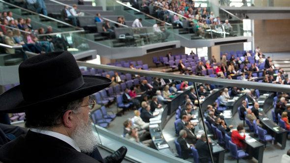 Ein Rabbiner verfolgt Debatte über die juristische Zulassung von rituellen Beschneidungen im Bundestag, Foto: dapd