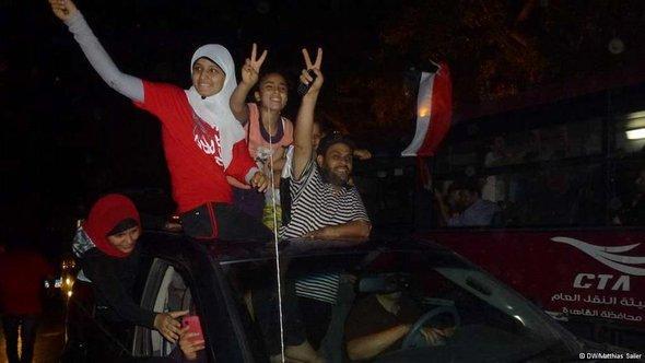 Jubelnde Gegner von Präsident Mursi auf dem Tahrir-Platz in Kairo; Foto: Matthias Sailer/DW