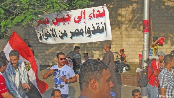 Transparent mit der Aufschrift 'Wir fordern das Heer auf, Ägypten vor den Muslimbrüdern zu retten' in Kairo; Foto: DW