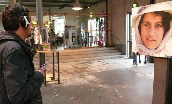Ein Besucher sieht sich Benedikt Fuhrmanns Ausstellung auf dem Bliss Festival an; Foto: © kampnagel.de