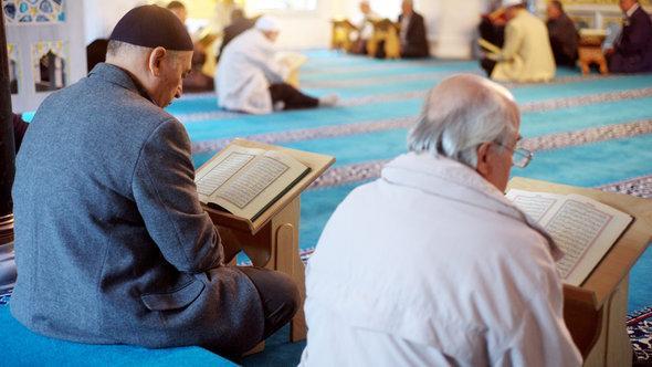 Believers reading in the Koran in Sehitlik Mosque, Berlin (photo: Maurizio Gambarini/dpa/lbn)