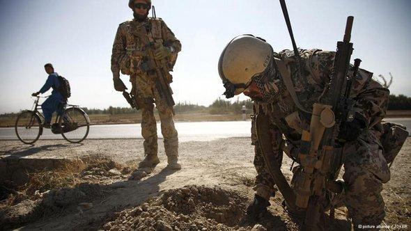 Bundeswehreinsatztruppe auf Minensuche in Nordafghanistan (Foto: © picture-alliance/JOKER)