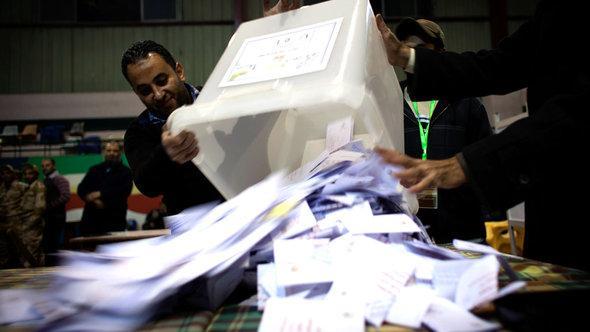 Wahlhelfer zählen Stimmen zum ägyptischen Verfassungsreferendum aus; Foto: © AP