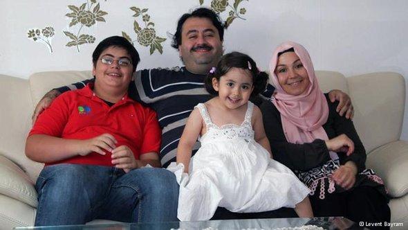 Levent Bayram mit seiner Frau und seinen Kindern; Foto: privat
