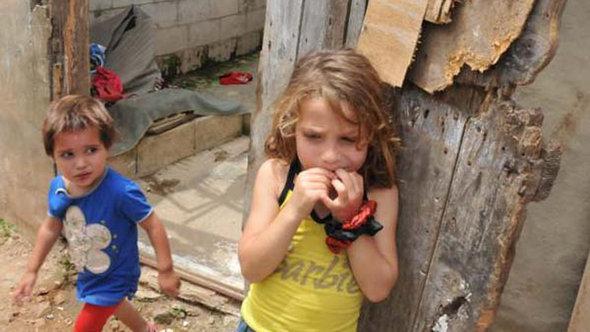 Syrische Kinder im libanesischen Flüchtlingslager Tripoli; Foto: DW/Ibrahim Chaloub