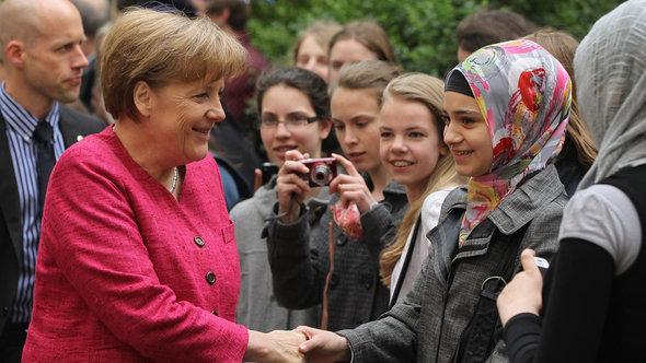 Kanzlerin Merkel begrüßt Schüler der Berliner Sophie Scholl Schule; Foto: Sean Gallup/Getty Images