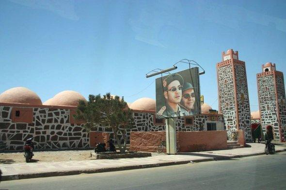 Porträt des marokkanischen Königs Mohammed VI. vor der Kaserne der Royal Moroccan Army in Smara; Foto: Annett Hellwig