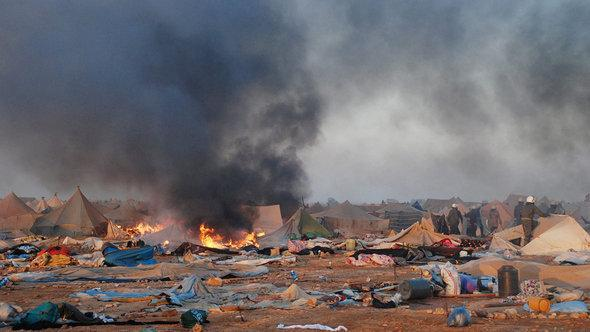 Marokkanische Sicherheitskräfte räumen ein Zeltlager am Rande Laayouns am 8. November 2010; Foto: dpa