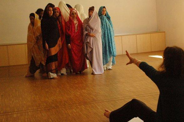 Die 14 marokkanischen und deutschen Tänzer mit Irinell Ruf (vorne) bei einer Probe; Foto: ©  Laura Overmeyer