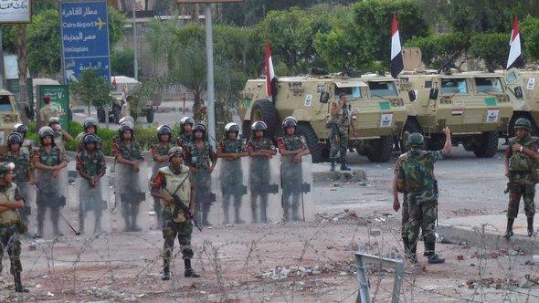 Soldaten sichern den Sitz der Republikanische Garde in Kairo ab; Foto: DW