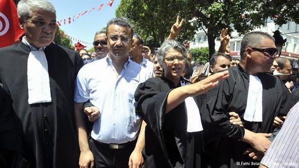 بسمة الخلفاوي زوجة بلعيد في مظاهرة إحتجاجية على إغتيال البراهمي