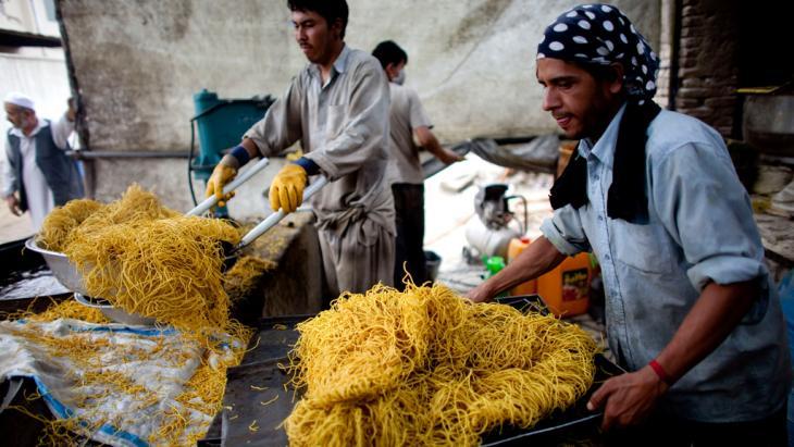 Afghanische Süßwarenhersteller bereiten Iftargebäck vor; Foto: © Majid Saeedi/Getty Images