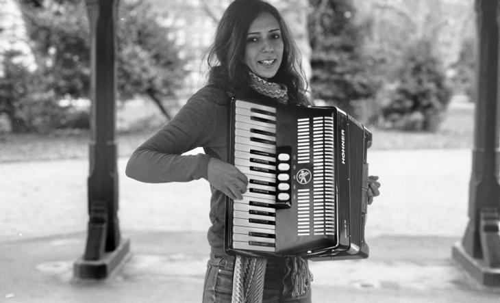 Die ägyptische Akkordeonspielerin Youssra El Hawary; Foto: © Nicolas Maslowski