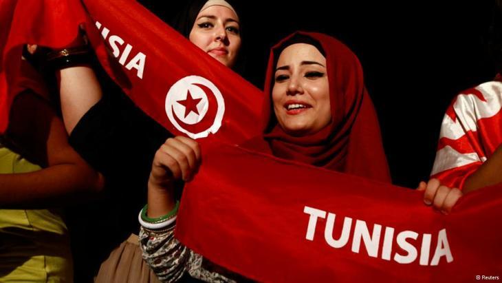 Regierungskritische Demonstrantin hält Tunesienfahne; Foto: Reuters