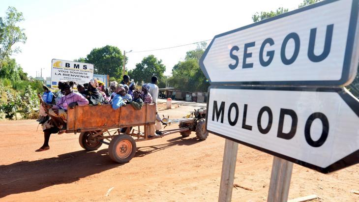 Malische Flüchtlinge kommen an einem Armeekontrollpunkt nahe Niono in Zentralmali an; Foto: ©picture-alliance/dpa)