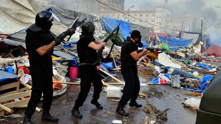 Sicherheitskräfte rücken bewaffnet auf den Rabaa al-Adawiya-Platz vor; Foto: dpa