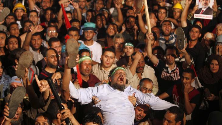 Anhänger der Muslimbrüder reagieren wütend und entsetzt auf die Absetzung Mursis; Foto: Reuters