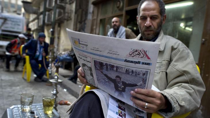 Ägypter liest die Tageszeitung al-Ahram bei einem Glas Tee; Foto: AFP/Getty Images