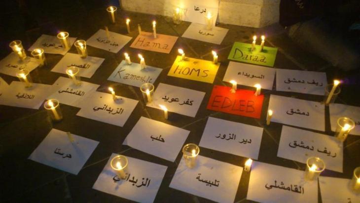 Namen von syrischen Städten, in denen Massaker an der Bevölkerung verübt wurden, auf Karten ausgelegt; Gedenkstunde für die Opfer des syrischen Bürgerkriegs; Foto: DW/Dareen Al Omari