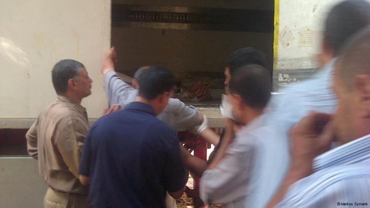 Getötete Anhänger von Mohammed Mursi werden in Kühllastern aufbewahrt; Foto: DW/Markus Symank