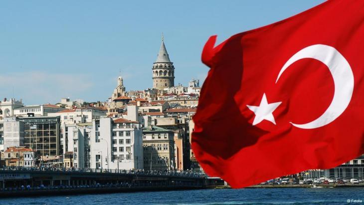 Ansicht von Istanbul hinter einer türkischen Flagge; Foto: Fotolia