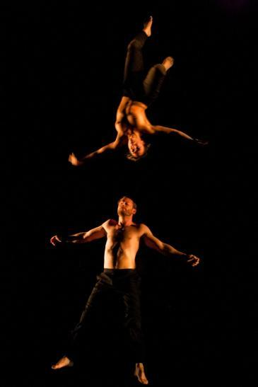 Cherkaoui bei einer Performanz; Foto: Koen Broos