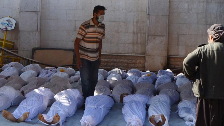 Syrische Aktivisten inspizieren die Körper von Nervengas getöteter Zivilisten im Nordosten von Damaskus; Foto: © Reuters