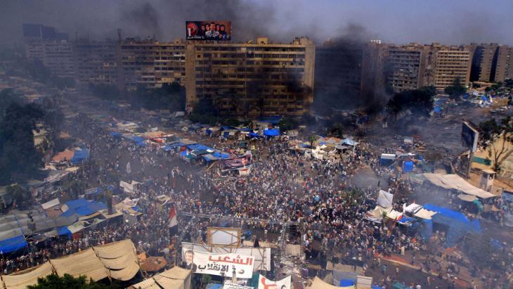 Nach Zusammenstößen zwischen Ägyptern, die den geschassten Präsidenten Mursi unterstützen, und Polizeikräften steigt am 14. August 2013 Rauch über dem Rabaa-al-Adawiyya-Platz in Kairo auf; Foto: © Ahmed Asad/APA/Landov