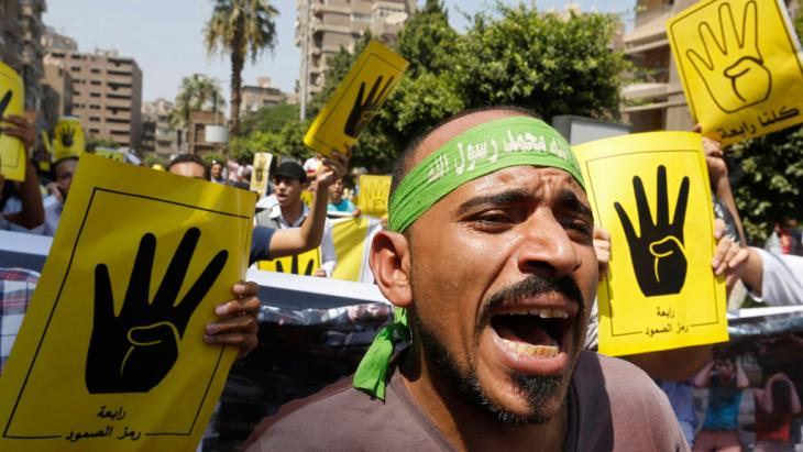 Mitglieder der Muslimbruderschaft und Unterstützer des gestürzten ägyptischen Präsidenten Mohammed Mursi rufen Sprechchöre gegen das Militär und Innenministerium während eines Protestmarsches Richtung Mohandessin in Kairo am 30. August 2013; Foto: © Reuters