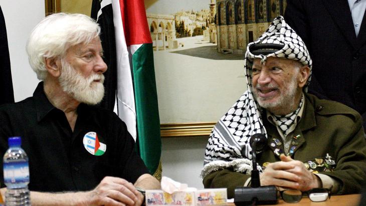 Uri Avnery im Gespräch mit Jassir Arafat, 07.08.2004; Foto: Atef Safadi dpa/epa