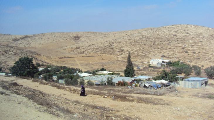 Am Rande einer Siedlung bei Alsira; Foto: Ulrike Schleier