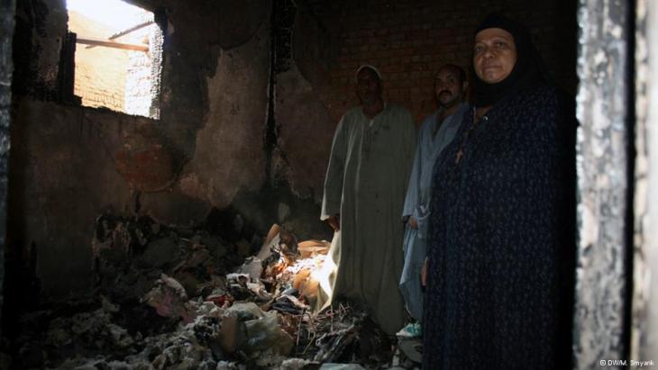 Eine christliche Bauernfamilie in Diabija in den Trümmern ihres Hauses; Foto: Markus Symank