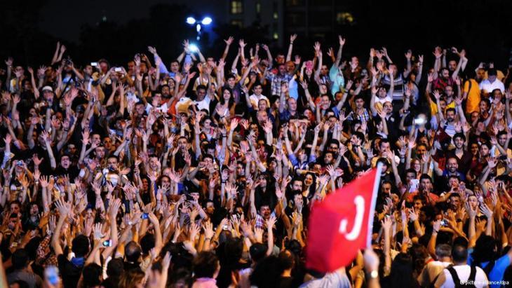 Protest von Gezi-Park-Aktivisten gegen die Erdogan-Regierung am Istanbuler Taksim-Platz; Foto: dpa/picture-alliance
