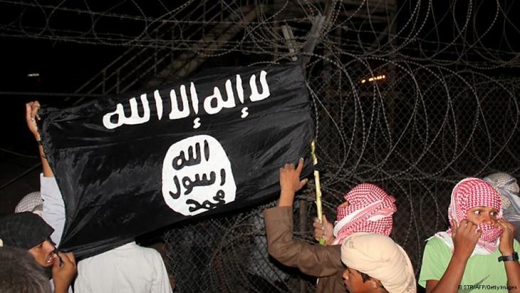 Beduinen auf dem Sinai schwenken eine Fahne der Salafisten; Foto: AFP/Getty Images