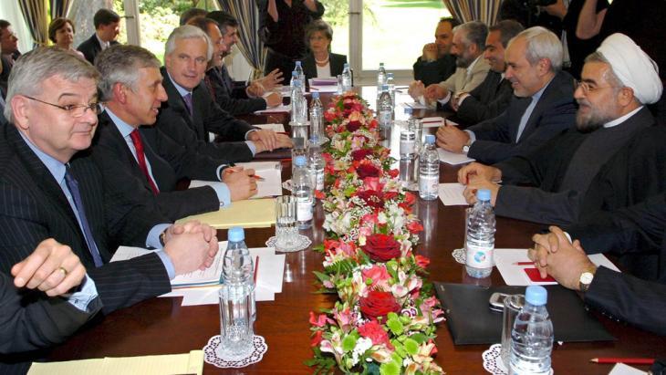 Atomverhandlungen mit dem Iran im Jahr 2005: Hassan Rohani (r.) gemeinsam mit dem früheren deutschen Außenminister Joschka Fischer, Großbritanniens Außenminister Jack Straw, dem französischen Außenminister Michel Barnier und dem EU-Außenbeauftragten Javier Solana; Foto: dpa/picture-alliance