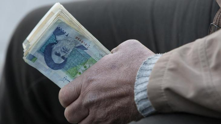 Mann mit Rial-Geldbündel in Teheran; Foto:Vahid Salemi/AP/dapd