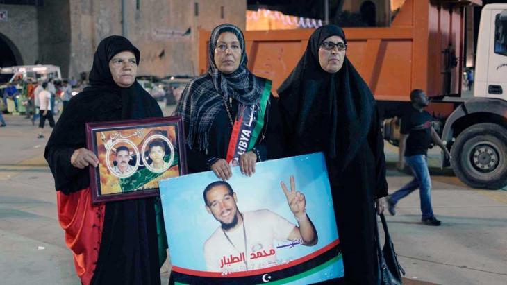 Fatima Tayar (m.) trauert um ihren Sohn, gemeinsam mit zwei weiteren libyschen Frauen in Tripolis; Foto: Valerie Stocker