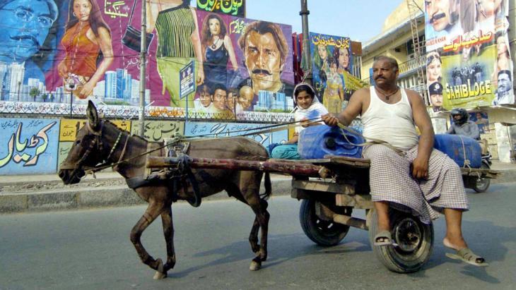 Pakistaner mit fährt Eselkarren in Lahore, Pakistan; Foto: AFP/Getty Images