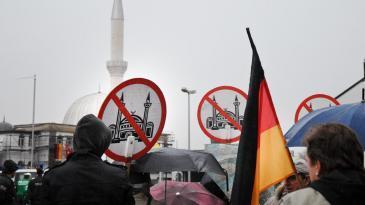 Anhänger von Pro-Köln demonstrieren gegen den Moscheebau in Köln-Ehrenfeld; Foto: picture-alliance/dpa